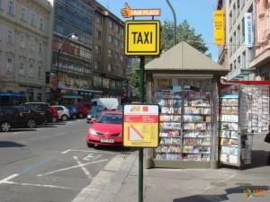 В центре понаставлены знаки Fair Place c таблицей цен на проезд в такси