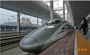 Скоростной поезд на вокзале в Шанхае