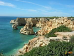 Побережье Прайа да Марина в регионе Алгарве на юге Португалии