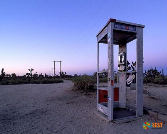 самая одинокая телефонная будка в мире была установлена в пустыне мохаве