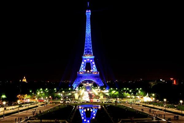 Париж, ночной вид на Эйфелеву Башню