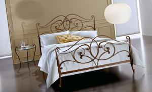 Кованая кровать в интерьере квартиры