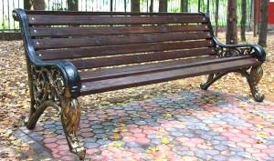 Чугунные скамейки: особенности и достоинства