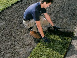 Как застилают искусственный газон?